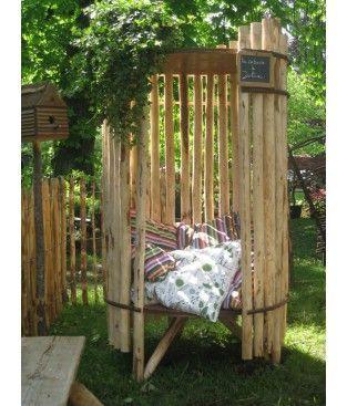 Cabane de Julia : une structure montée en bois de châtaignier et équipée d'ne plateforme avec des coussins. Pour s'isoler, se reposer et rêver.
