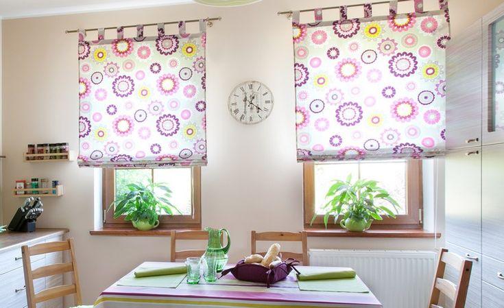 Raffrollos mit Blumenmuster in lila - Pflanzen auf der Fensterbank