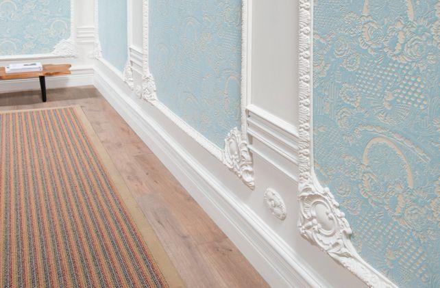 Dekorlu çıtalar, köşe çıtaları, yüksek süpürgelikler ve duvar kağıdı ile oluşturulmuş klasik mekan tasarımları..
