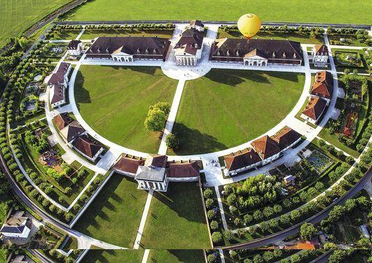 La saline royale construite en arc de cercle sous Louis XV. Claude-Nicolas Ledoux