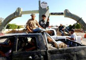 25-Aug-2014 5:58 - BRAND VERWOEST LUCHTHAVEN TRIPOLI. De luchthaven van de Libische hoofdstad Tripoli is zondag door brand verwoest, een dag nadat het vliegveld was ingenomen door een radicaal-islamitische militie. Het hoofdgebouw van de internationale luchthaven is compleet afgebrand. Ook alle vliegtuigen op het vliegveld zijn beschadigd. Verder zijn veel huizen en kantoorgebouwen in de omgeving beschadigd. Daarnaast hebben vliegtuigen doelen in de hoofdstad aangevallen. Het is niet...