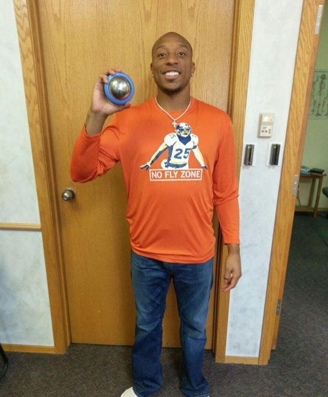 Chris Harris Jr recouping with the Stinger  #Broncos #NFL #recouplikethepros #recovery #coldmassage