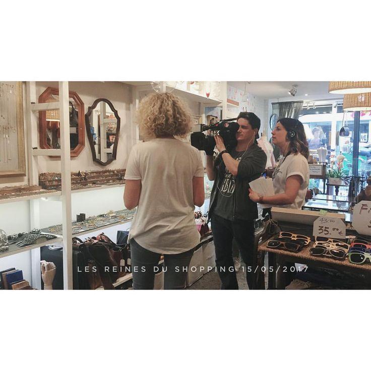 """Ce matin, les nouveautés💍 sont arrivées; cet après-midi, le tournage🎥""""les reines du shopping"""". #2plumes #ruesaintdenis #paris #bijoux #accessoires #boutique #parisian #parisienne #shopping #mode #decor #lesreinesdushopping #m6 @lesreinesdushoppingm6"""
