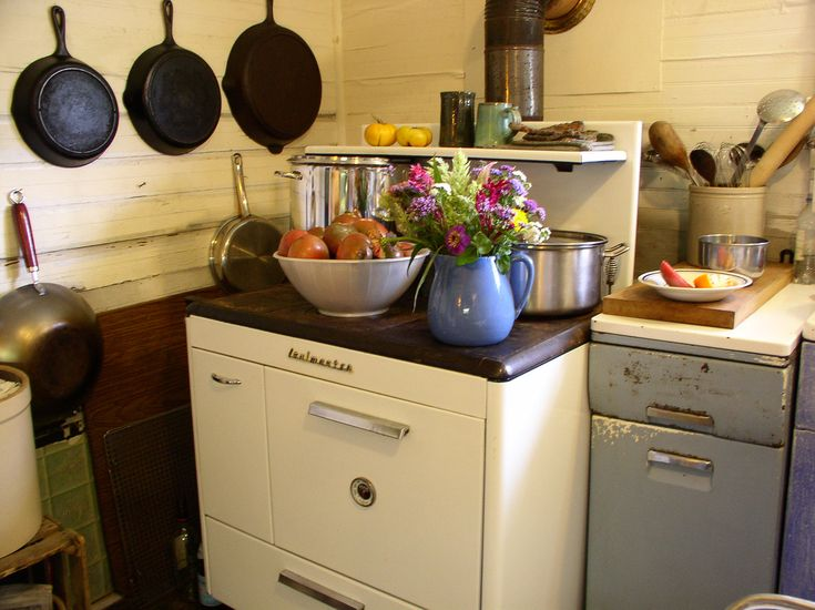 woodstove... the best baking stove in the world.Decor, Amazing Ovens, Kitchens Inspiration, Cute Kitchens, Cast Iron Skillet, Cooking Stoves, Country Kitchens, Kitchens Dreams, Baking Stoves