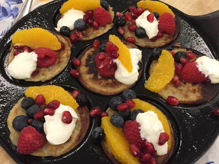 Bananplättar med kesella och bär | Recept från Köket.se