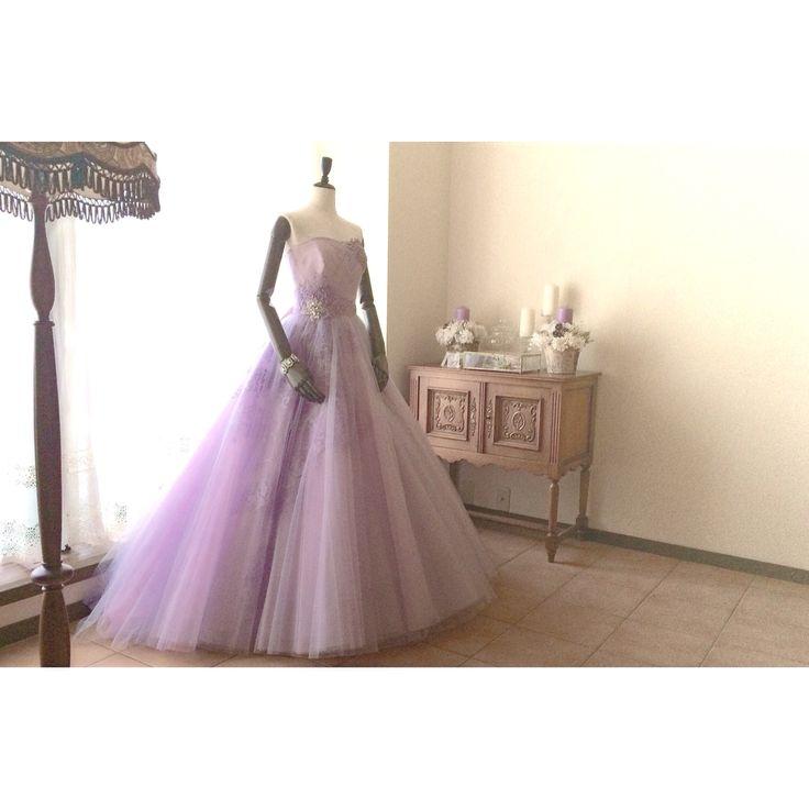 ラベンダーとピンクが重なりあって  歩みを進める度、表情を変え  ノーブルな印象を与える  チュールスカートのカラードレス。