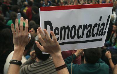 Democracia y economía social Por: Isidro Toro Pampols La democracia social es una propuesta normativa que busca erigirse como alternativa frente al planteamiento neoliberal-conservador que se caracteriza por la desigualdad y la gestión de la crisis, regresiva y autoritaria.
