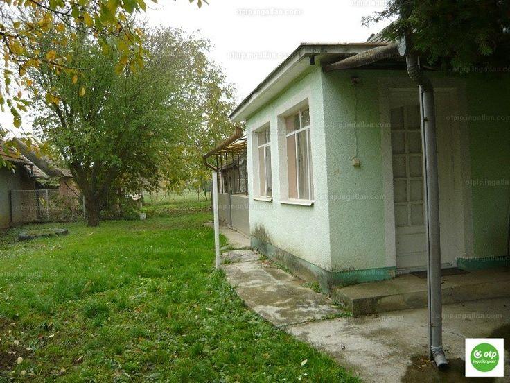 Eladó Balatonmagyaród központjában egy családi ház, mely 2 db 1 szobás lakásból áll. Az ingatlant 2005-ben felújították. Mindkét lakáshoz...