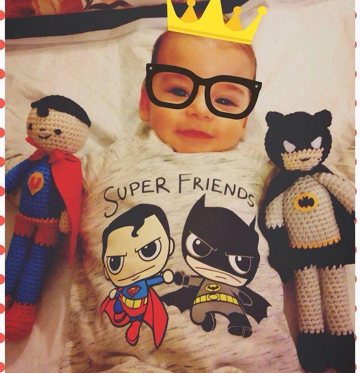 Yok böyle bir tatlılık Minik takipçimizden gelen bu harika kombinle günümüz aydın oldu O pek tarafını seçmiş gibi durmuyor hatta Batman ile Supermanın arasını çoktan yapmış Zaten bu sevimlilige hangi kahraman dayanabilirki kocaman bir #maşallah istiyoruz bu küçük beye  #superman #batman  #batmansuperman #batmansupermanekarşı #batmanvssuperman #amigurumi #oyuncak #kombin #bebek #baby #tatlı #anneoğul #annekız #uykuarkadaşı #keyif #cumartesi #günaydın by mrmrstoys