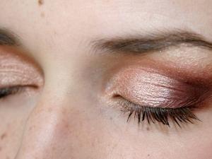 Maquillage de soirée pour paupières tombantes • Hellocoton.fr