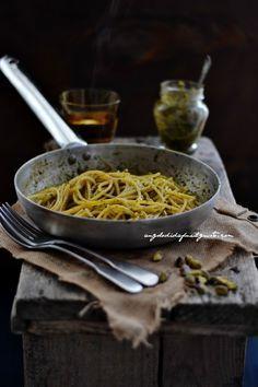 spaghetti al pesto di rucola, pomodori secchi, pistacchi e olive taggiasche