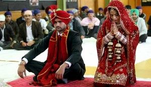 O ritual de casamento sikh acontece em volta do livro sagrado da religião. Vestindo trajes vermelhos, os noivos devem andar em torno do Adi Granth enquanto um representante iniciado na comunidade religiosa lê os escritos e lembra o casal de seus deveres perante suas famílias e Deus.