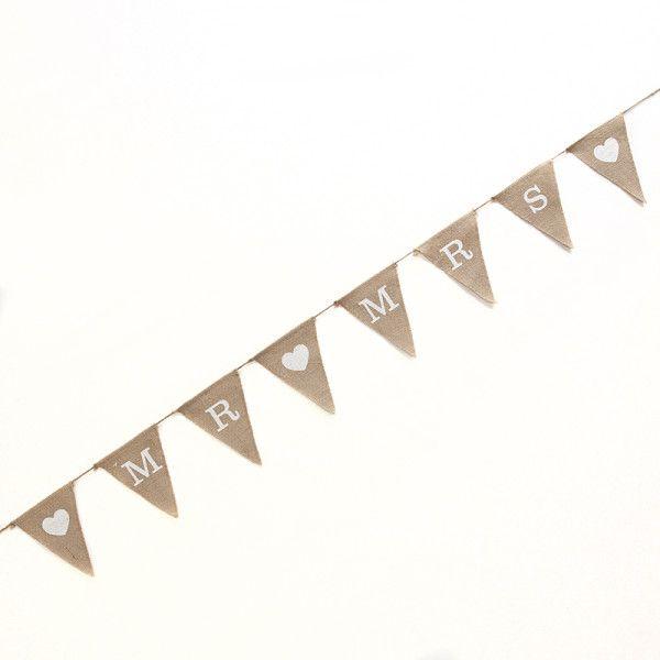 Guirlande rustique en toile de jute avec les mots «MR» et «MRS» imprimés en blanc sur des drapeaux triangulaires.
