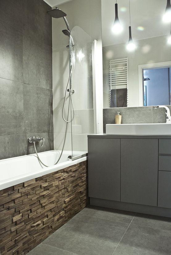 Szara łazienka, szare meble łazienkowe, prysznic z wanną, lustro, oświetlenie w łazience. Zobacz więcej na: https://www.homify.pl/katalogi-inspiracji/17124/50-twarzy-greya-w-twoim-mieszkaniu