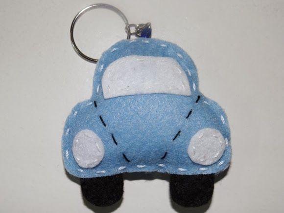 Chaveiro em formato de carro feito em feltro. Tamanho do carrinho: 7,4 x 6 cm