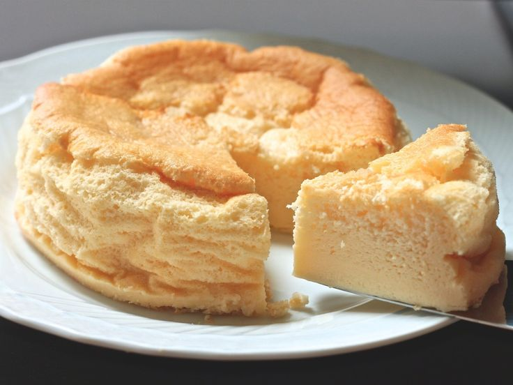 ひとつのケーキで「スポンジ、カスタード、フラン」の3つのおいしさが楽しめる魔法のケーキ! いつでも家にある材料と卵2個だけで、実に簡単に作れます。カスタードのおいしさいっぱいのふわふわスポンジのケーキ、ぜひぜひお試しください。