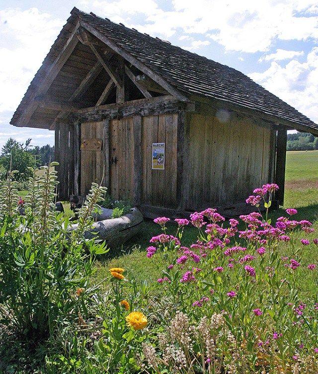 Le chalot : véritable coffre-fort, cette annexe à la ferme est utilisée comme grenier pour la conservation du grain, de l'alcool, de la nourriture et des trésors de la famille. Il se trouve principalement éloigné de quelques mètres de la ferme. La raison en est simple : en cas d'incendie de la ferme, les récoltes et les richesses seront épargnées.  Plus de 300 chalots sont répertoriés sur sept communes lorraines et francs-comtoises. Ils sont donc répartis sur une superficie de près de 250…