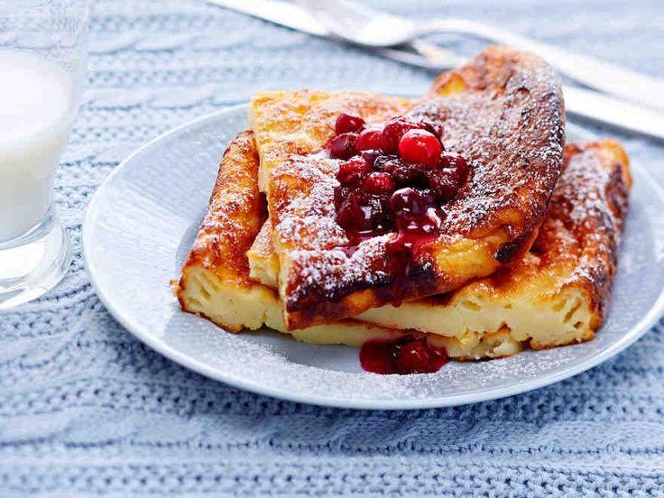 Maitorahka tekee pannukakusta ruokaisaa. Rahkapannarin kanssa maistuu marjasose. Sekoita se helposti pakastekarpaloista ja sokerista.
