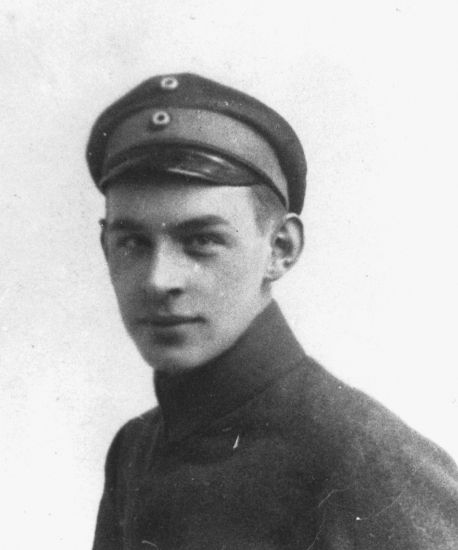 maria remarques all quiet on the western front history essay The war novel, all quiet on the western front, is written by erich maria remarque and is based on a real soldier's experience during world war i the main.