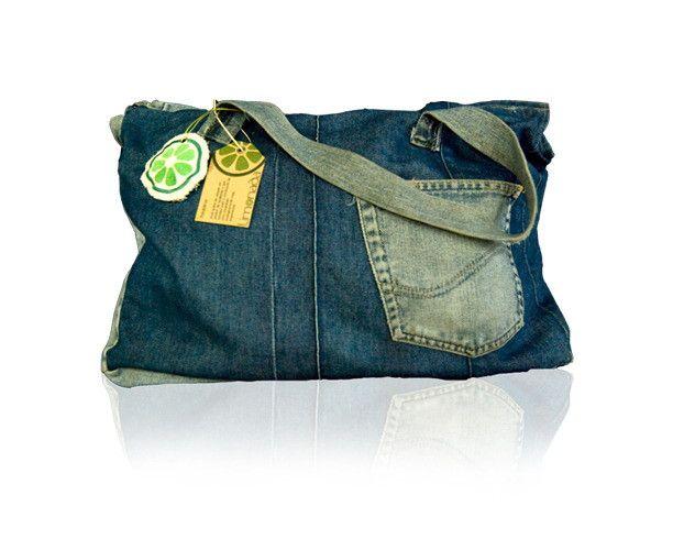 produzida com jeans reutlizado e forro com bolsos internos e tecido de guarda chuvas quebrados.