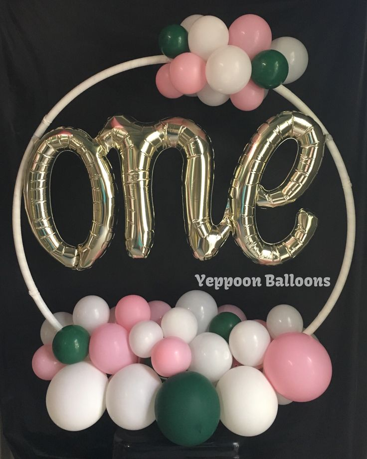 Free-standing centrepiece with script foil balloon and organic style clusters.