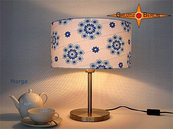 Tischleuchte MARGA Ø 35 cm Tischlampe Retrodesign. Wie zarte Blüten auf dünnem Porzellan: Die Tischleuchte MARGA ist aus originalem Retrostoff - weiß blau mit Prilblumenmuster und Karojacquard in sehr elegantem Landhausstil