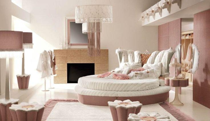 Prinzessin Zimmer mit ovalem Bett mit weißen Federn verziert