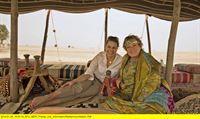 """WDR Fernsehen WUNDERSCHÖN!, """"Von Dubai nach Abu Dhabi - Geschichten aus dem Orient"""", am Sonntag (16.02.14) um 20:15 Uhr. Moderatorin Andrea Grießmann mit Uschi Musch (r), die in Dubai eine Kamelfarm betreibt. – © WDR/Hans Christian Mebold"""