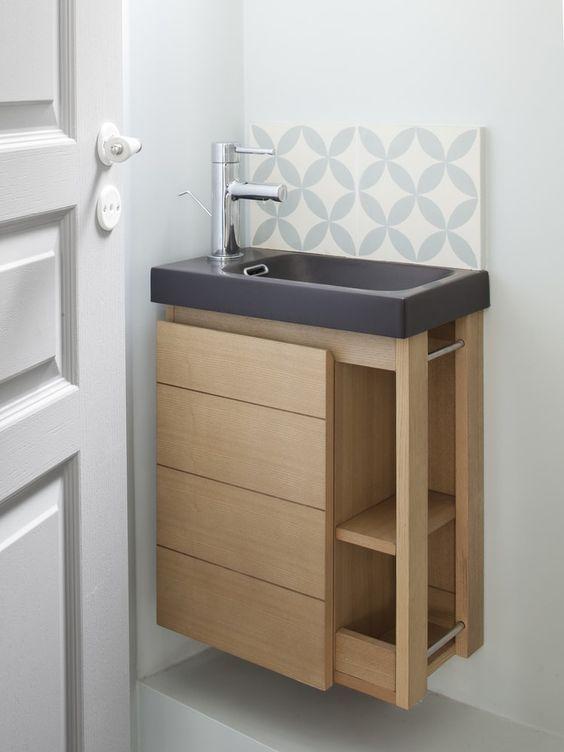 Piękna, drewniana szafka pod umywalkę! Nawet mała toaleta może być stylowa :)