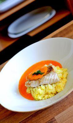 Kabeljau mit Paprikaschaum und  Hirse • Paprikaschaum, hört sich kompliziert an, ist es aber nicht. Püriert man kurz vor dem Servieren mit einem Mixstab /Zauberstab  das Gemüse, dann entsteht fast automatisch eine luftige Saucen-Emulsion.  Auf tiefen Tellern anrichten: Erst die Hirse, dann die Sauce und den Fisch  darüber anrichten. Mit Kräutern oder dem Zwiebelgrün garnieren.   (Ihr dürft meine Bilder/Pins gerne teilen/pinnen. Ich würde mich geehrt fühlen)
