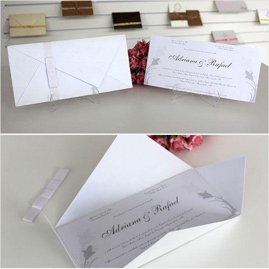 Conheça nosso convite modelo Tóquio!  Convite de Casamento clássico, envelope dobrável em formato especial fechado com uma linda fita de cetim com laço.  Agende uma visita conosco e veja este e vários outros modelos em nosso Showroom.