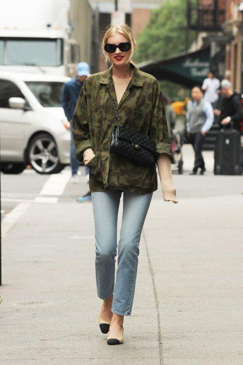 un jean juste basique , une veste camouflage intemporelle , des accessoires chic , de l' allure et on peut se promener dans n' importe quel pays !