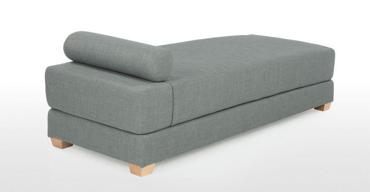 De Romy is een compacte en veelzijdige loungebank, met pure lijnen en in een mooie blauwe stof voor een frisse, moderne uitstraling.