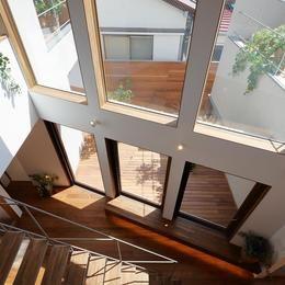 三角の吹抜けのあるチークの家  ( 奥沢の家 )の部屋 スタディコーナーよりベンチ及び中庭を見下げる。