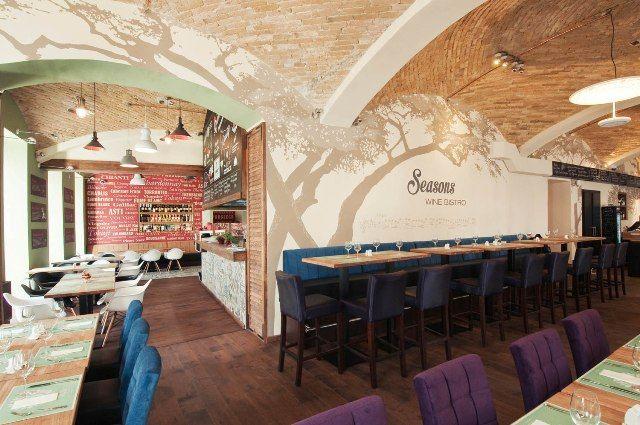 """Seasons        A Liszt Ferenc tér új gyöngyszeme minőségi vendéglátást, és jó alapanyagokból készült, értelmezhető ételeket ígér egész évben.      A tulajdonos, Juhász Zoltán """"régi motoros"""" a szakmában: több legendás étterem fűződik a nevéhez, többek között a Búsuló Juhász, melyet 2007-ben zárt..."""