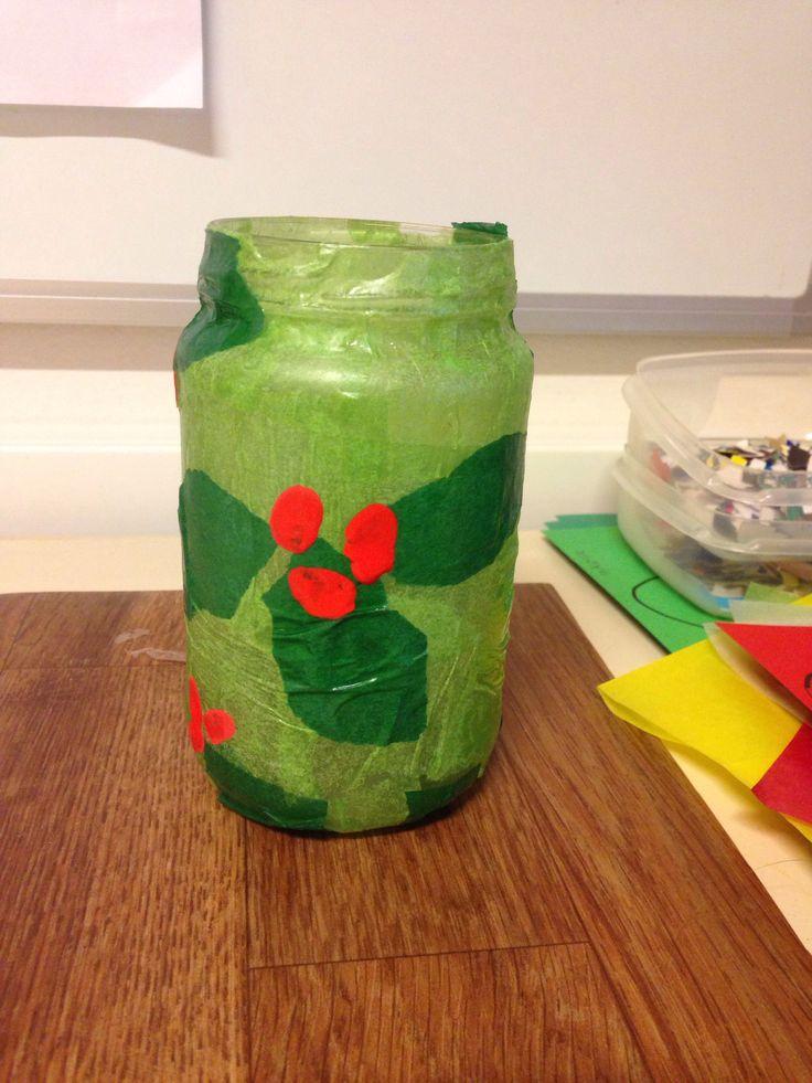 Hulst windlichtje. Scheur gekleurd papier en plak op een potje ( licht en donkergroen) als het droog is zet je er met rode plakkaatverf wat stipjes ( besjes ) Zo'n leuk effect!!! Kerst kleuters