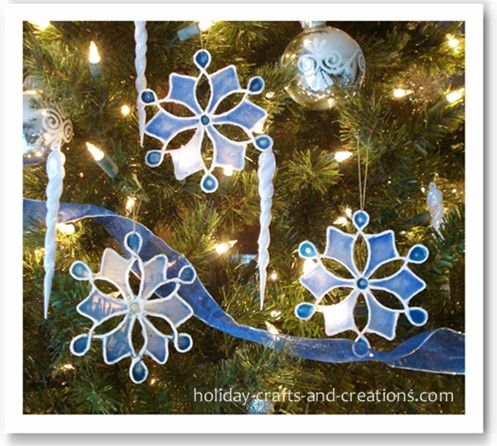 tutorial    http://www.holiday-crafts-and-creations.com/easy-to-make-christmas-ornaments.htmlI            f you have been looking for ideas for easy to make Christmas ornaments, these stained glue snowflakes are classy and yet very simple to make. When you are done, you will have elegant ornaments that will really give your home a wintry feel. You can hang them on the tree where they will glow, or you could hang them in your windows where they will really catch the light. This idea would…