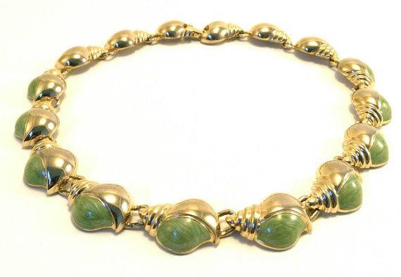 Retrouvez cet article dans ma boutique Etsy https://www.etsy.com/fr/listing/474682280/collier-motif-coquillage-vert-vintage