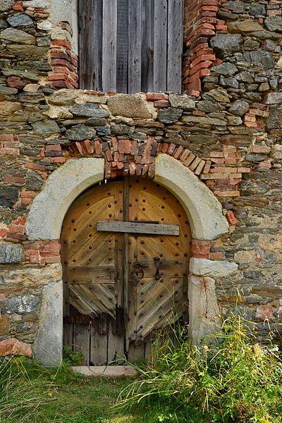 Pěkně provedený snímek zachycuje stavbu ve stavu, kdy poskytuje mimořádně výmluvné svědectví o peripetiích svého vzniku a vývoje. File:Přílezy - kostel sv. Bartoloměje - portál.jpg