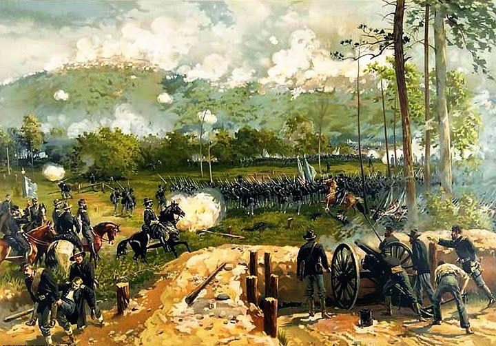 Batalla de Kennesaw Mountain 27 Junio 1864. Campaña de Atlanta, Sherman, en una difícil posición y con problemas logísticos, decidió resolver romper la posición confederada en el monte Kennesaw con un asalto frontal, en vez de sus habituales maniobras de flanqueo, contra el parecer de sus subordinados. Tras un bombardeo por parte de 200 cañones, los asaltos unionistas fueron rechazados con 3.000 bajas por 1.000 de los confederados. A pesar del desprecio de Sherman por las bajas…