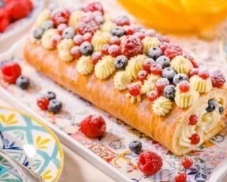 Gâteau roulé à la crème pâtissière légère et aux fruits rouges : http://www.fourchette-et-bikini.fr/recettes/recettes-minceur/gateau-roule-la-creme-patissiere-legere-et-aux-fruits-rouges.html