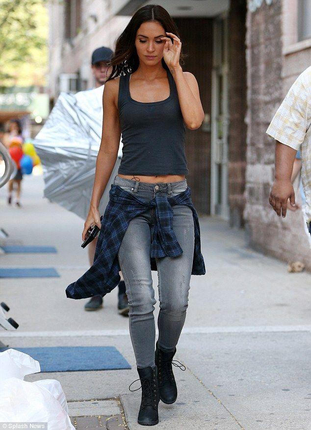 Peek-a-boo: Megan Fox dio un vistazo de su vientre tonificado y bronceado como ella regresó a trabajar a filmar Teenage Mutant Ninja Turtles 2 en la ciudad de Nueva York el sábado