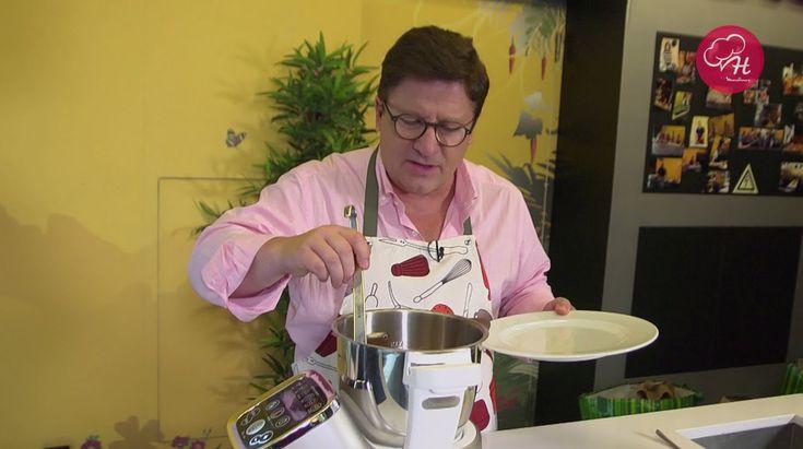 """O Herman José não para de nos surpreender com as suas receitas da Cuisine Companion. Desta vez temos """"comfort food"""" com um Pote Azeitonenense! Fique atento para descobrir as Receitas do Herman by Moulinex em https://www.facebook.com/oficialherma... e www.chefmoulinex.pt #receitasdohermanbymoulinex #cuisinecompanion #moulinexportugal"""