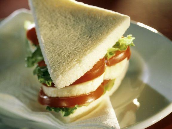 Tomaten-Mozzarella-Sandwich ist ein Rezept mit frischen Zutaten aus der Kategorie Fruchtgemüse. Probieren Sie dieses und weitere Rezepte von EAT SMARTER!