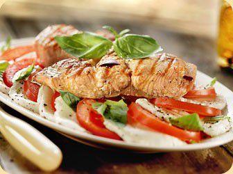 Salade Caprese met gegrilde zalm en balsamicoazijn recept - Vis - Eten Gerechten - Recepten Vandaag