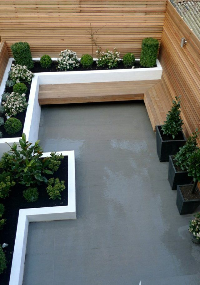 Gartenbank Holz Beton Boden Blumenbeete Zaun immergrün