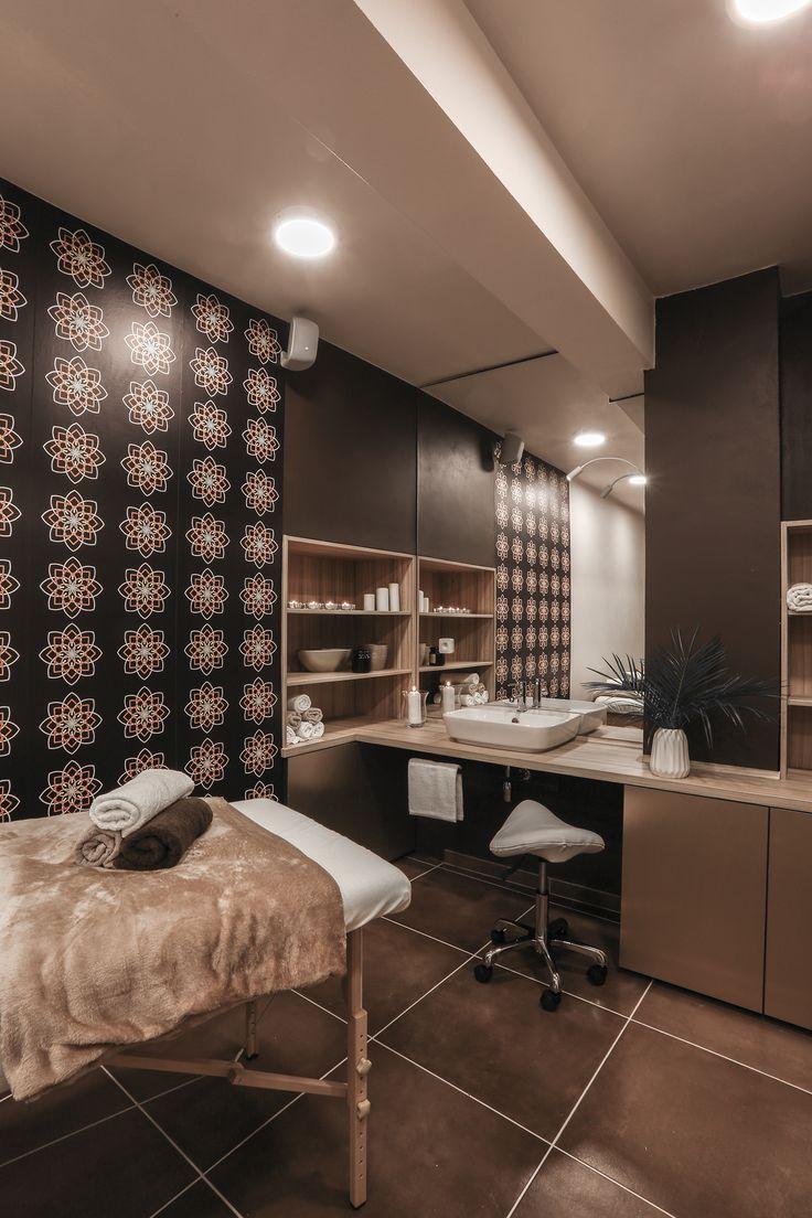 Nice Time spa. Velkoformátové lepené zrcadlo znásobuje dojem z tapety s mandalami a opticky zvětšuje prostor.