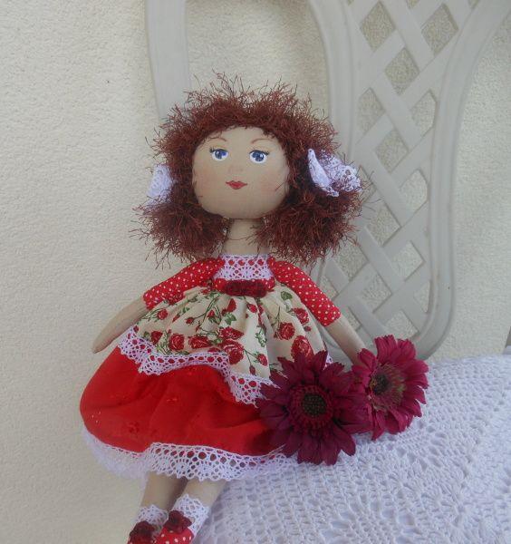 Jůlinka Dekorační panenka Jůlinka Tělo ušité z bavlněné látky Červené šaty zdobené krajkou Hnědé vlasy z vlny ozdobené krajkovými mašličkami Obličej malovaný textilními barvami, zafixováno žehlením Panenka je plněná dutým vláknem Julinka umí také sedět nebo můžete pověsit - vzadu našité poutko Výška cca. 37 cm