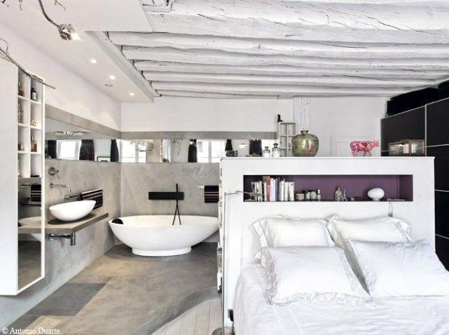 L'espace bain est séparé du coin chambre grâce à la tête de lit. Une suite parentale très agréable.