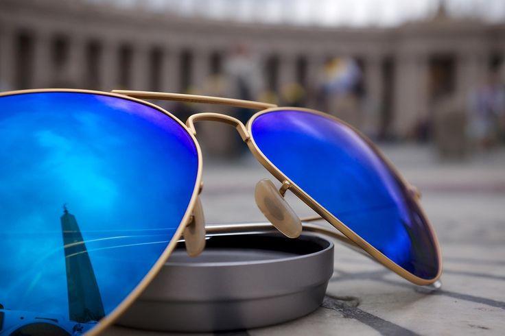Divatos napszemüveg kék színű lencsével